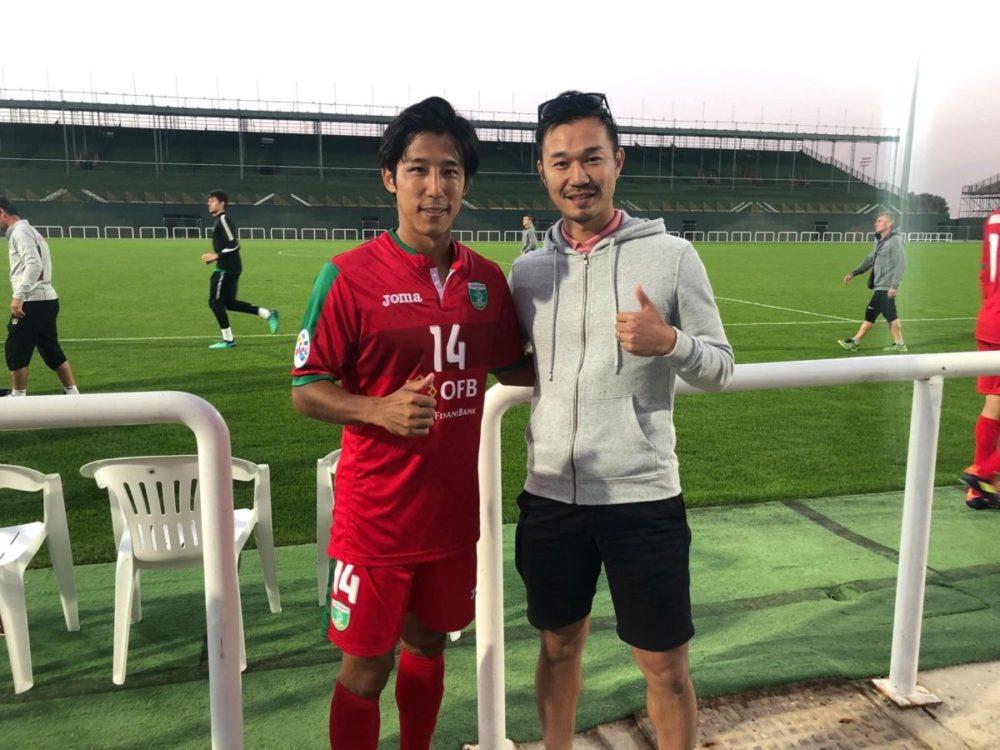 ウズベキスタンのクラブに練習参加する選手と視察する真野浩一